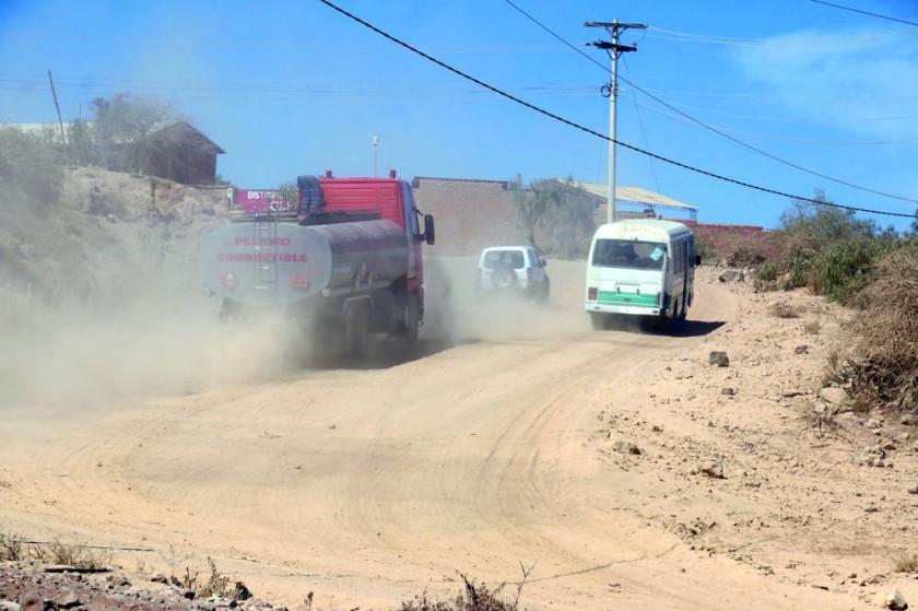 ACCESO. El acceso a la planta de hidrocarburos se convierte en una infernal fuente de polvo permanente.