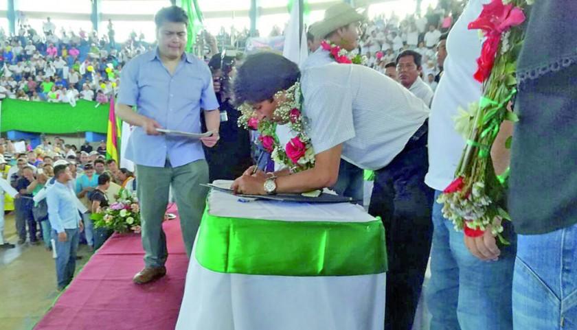 PROMULGACIÓN. El presidente Evo Morales firma la ley que lavanta la intangibilidad del TIPNIS, en un coliseo de Trinidad