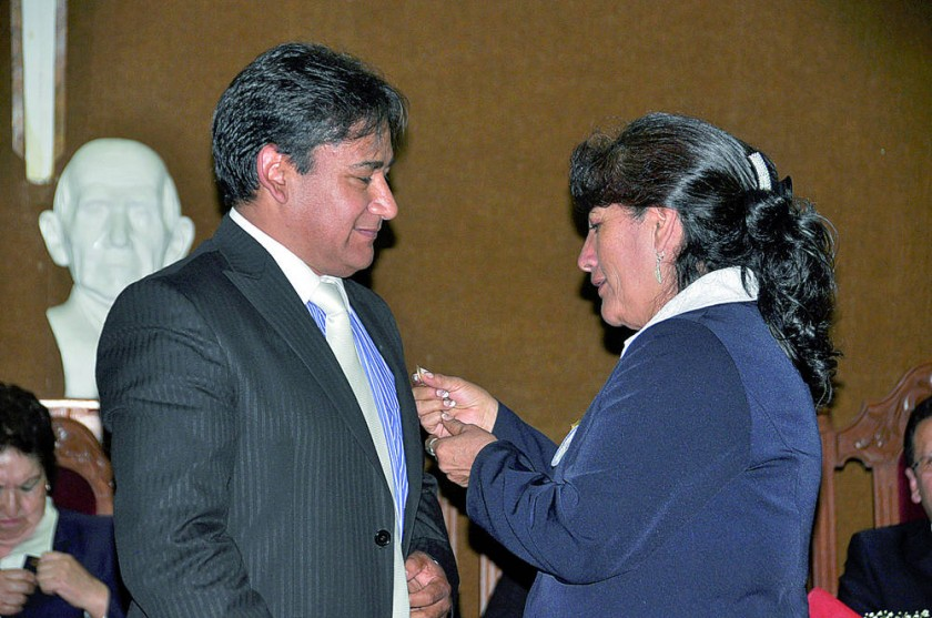 Limbert Paredes recibe un reconocimiento  de manos de Corina Carrasco de Anze.