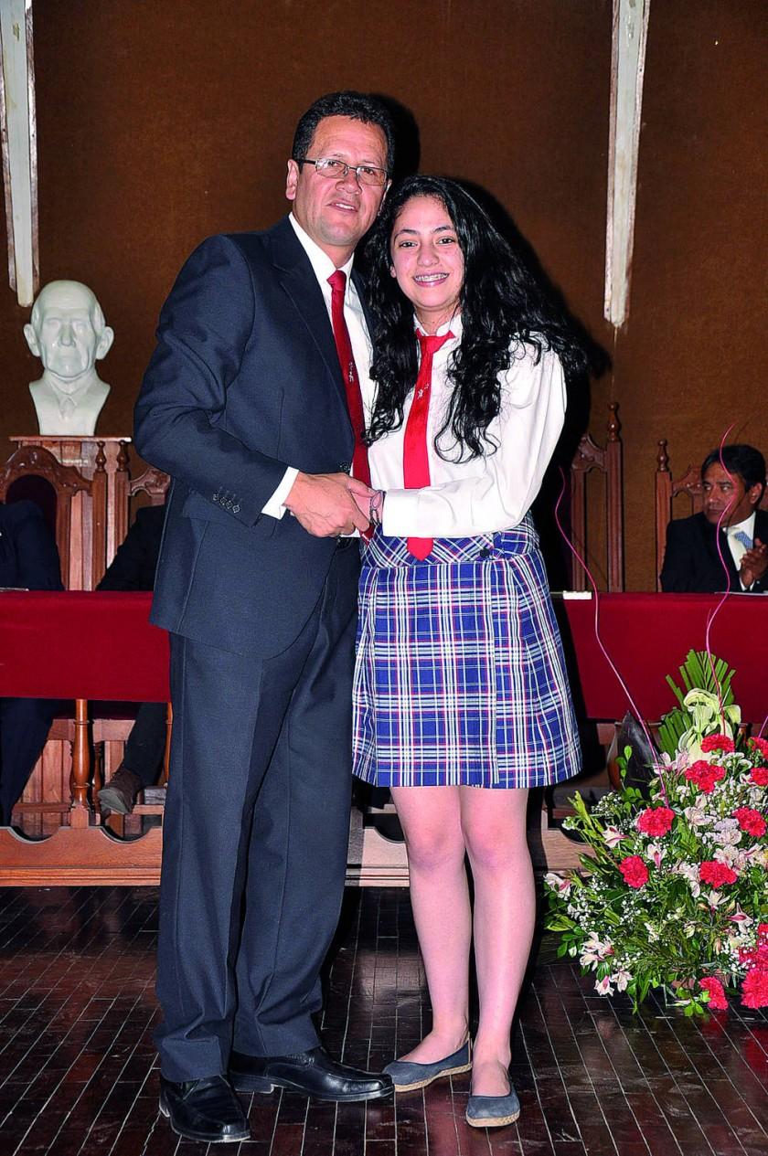 Wilmer Pérez y la alumna destacada Manuela Morales Monterde.