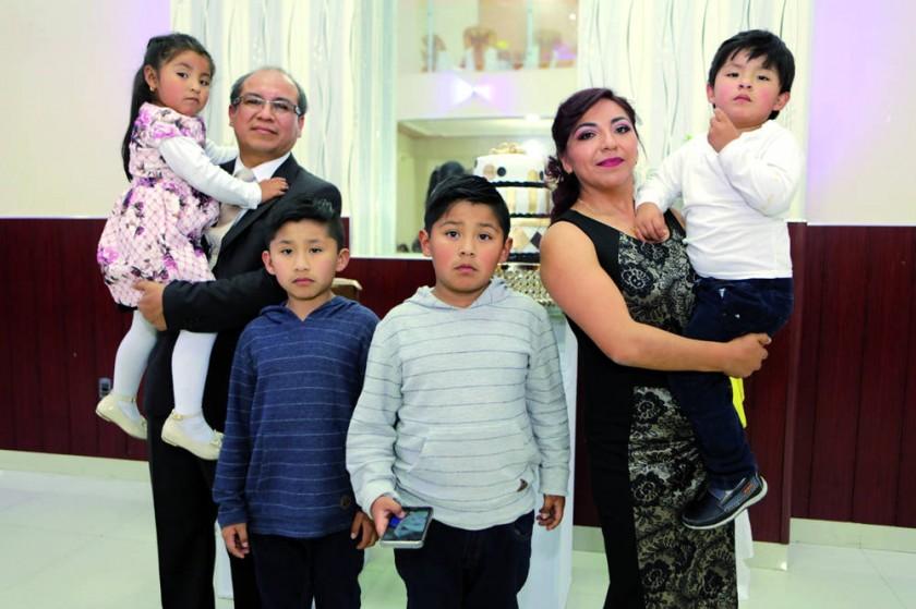 Gregorio Valverde y Cintia Calvetty junto a sus hijos.