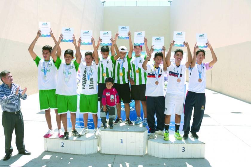 Los estudiantes del colegio Lucio Siles de Monteagudo (centro) se consagraron campeones de la disciplina de raqueta...