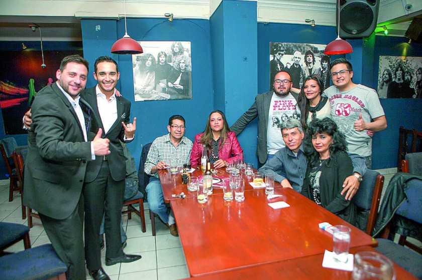 Los amigos celebraron los cumpleaños de Freddy y Janeth López (abajo derecha).