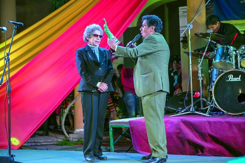 Matilde Casazola recibiendo el Premio Aruma USA.
