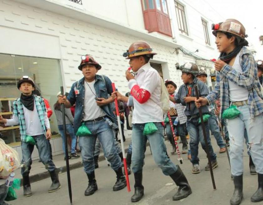 MINERITOS. Estudiantes del colegio Nacional Jaime de Zudáñez a punto de ingresar a la plaza 25 de Mayo.