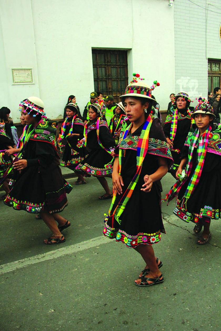 SUNQU JALQ'AS. Visitantes de Potolo demostrando su devoción a la Virgen de Guadalupe.