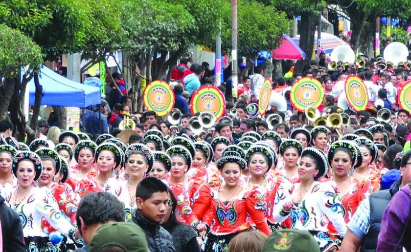ENTRADA. La música y el baile paralizaron la ciudad al ritmo del caporal y otras danzas.