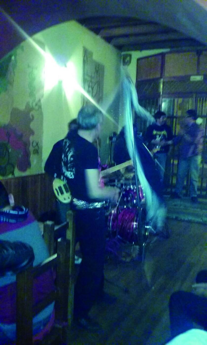 Dicen que 'Vico Vico' se habría aparecido en esta actuación de una banda musical. La fotografía fue tomada por un...