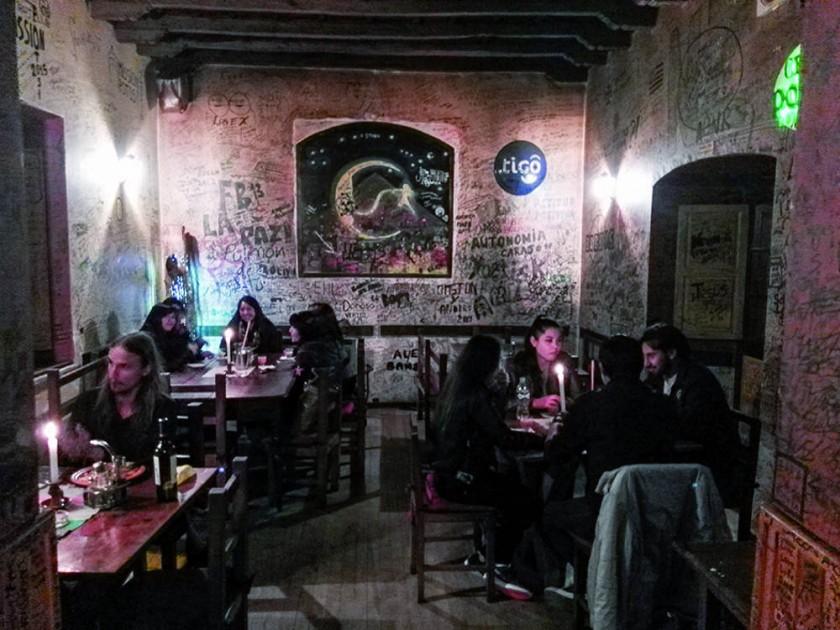Un rincón de La Casona 1775 Pub Restaurant, cuyas paredes están llenas de firmas de sus clientes.
