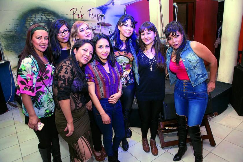 Klaudia Nava (segunda derecha) Junto a sus fans y amigas que estuvieron presentes  para su despedida.