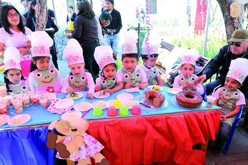 Los niños de inicial 1 con el delicioso y colorido Arlequín.
