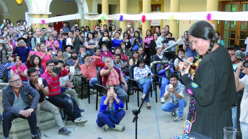 CANTAUTORA. La cantautora nortepotosina Luzmila Carpio, conmovió al público con sus canciones.
