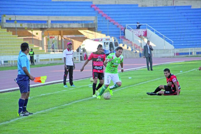 Uno de los jugadores bermejeños escapa de la marca de Diego Vejarano en el partido de ayer, entre Flamengo y Atlético...