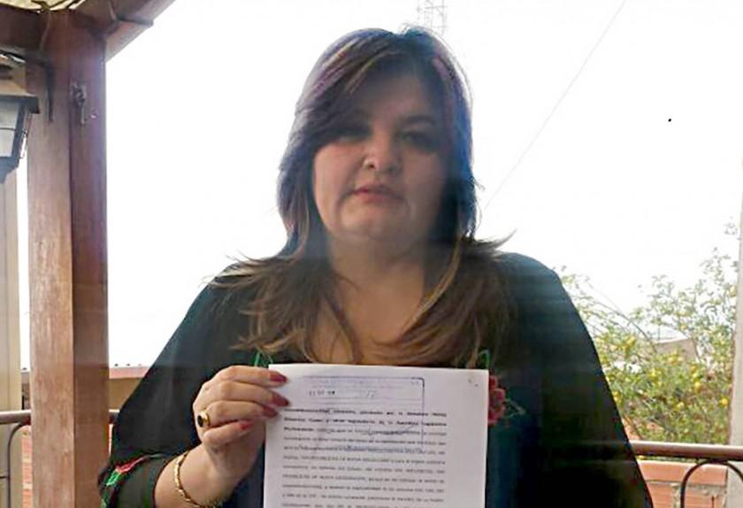 EN SUCRE. Magda Calvimontes muestra su memorial, tras acudir al TCP.