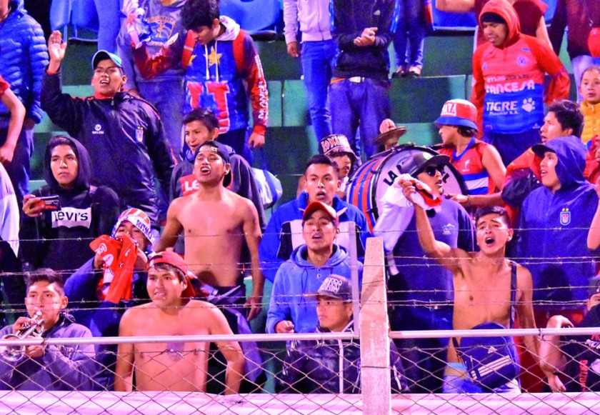 Universitario celebró anoche su triunfo sobre Nacional Potosí en la Villa Imperial....