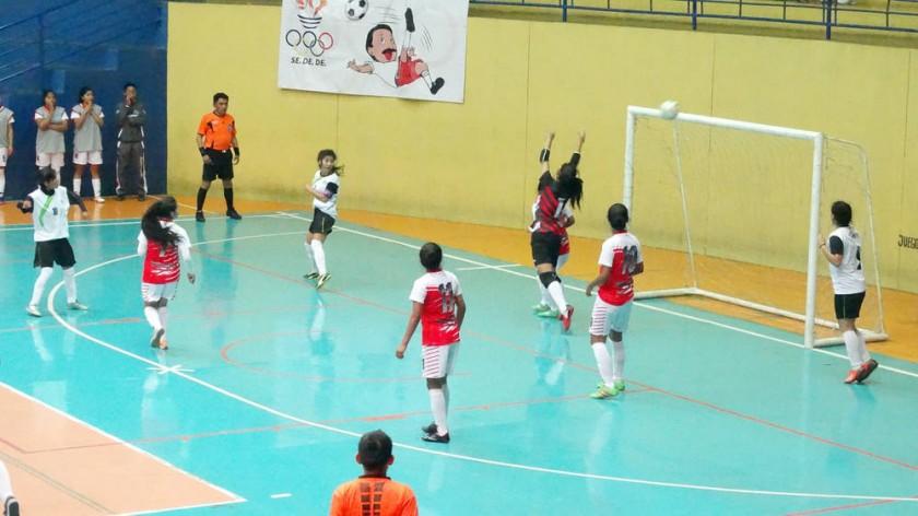 Chuquisaca cayó anoche ante Cochabamba y su rival en semifinales será La Paz (abajo), que ayer goleó a Tarija.