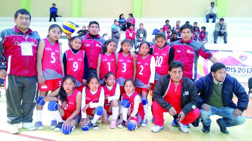el equipo femenino de Caiza K de Villa Charcas que avanzó a la segunda fase en voleibol.