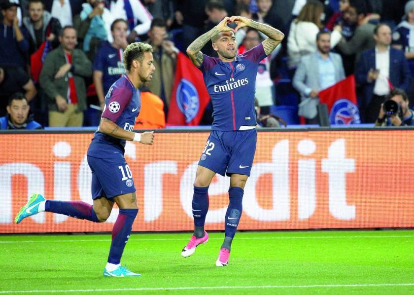 Los brasileños Neymar (i) y Dani Alves anotaron en el triunfo del PSG sobre el Bayern Múnich.