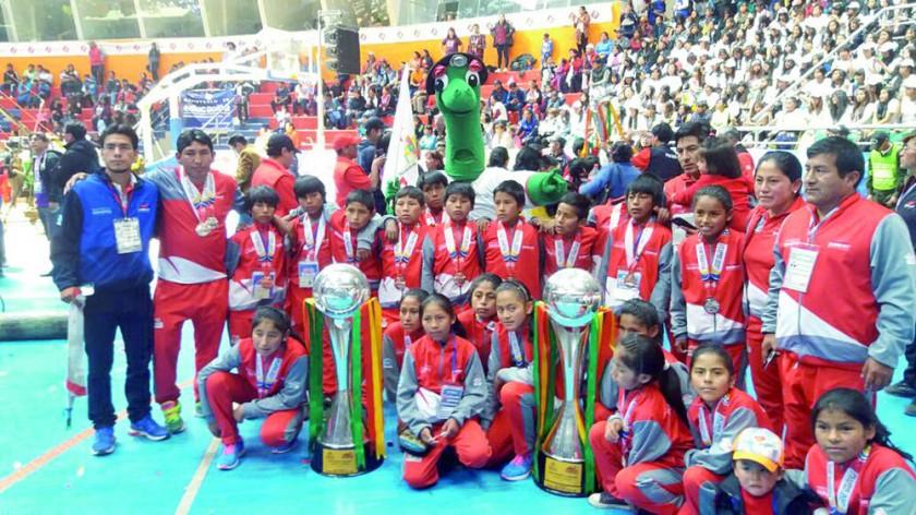 El colegio Caiza K de Villa Charcas se colgó una presea de plata en voleibol femenino y una de bronce en voleibol...