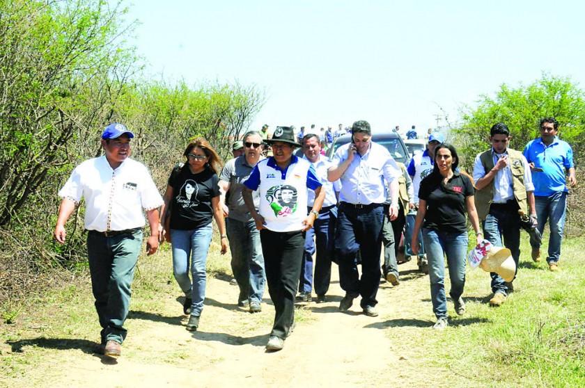 HOMENAJE. El presidente Evo Morales (c) junto a sus ministros, al llegar a Vallegrande, para iniciar la caminata a La...