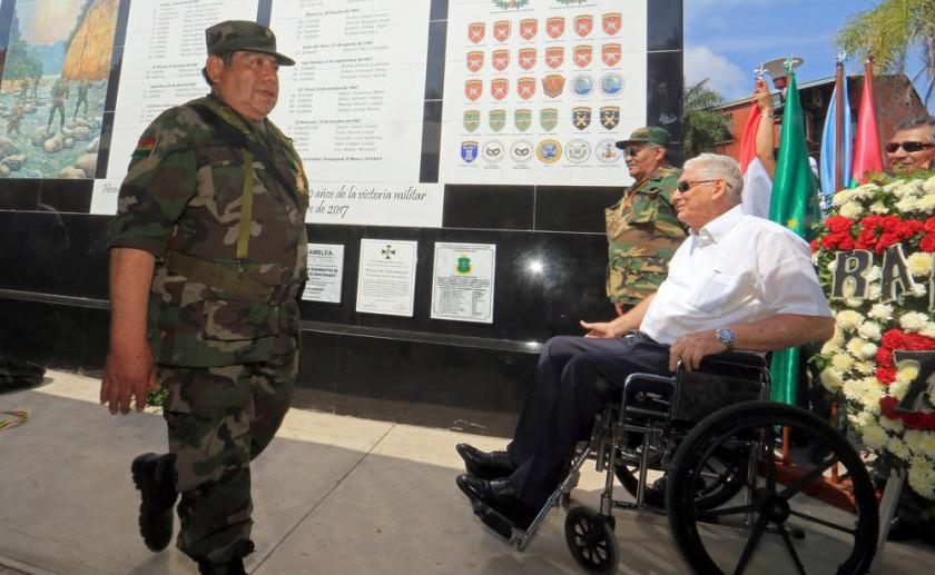 PARALELO. El general en retiro Gary Prado (d) asistió con ex soldados a la inauguración de un mural.