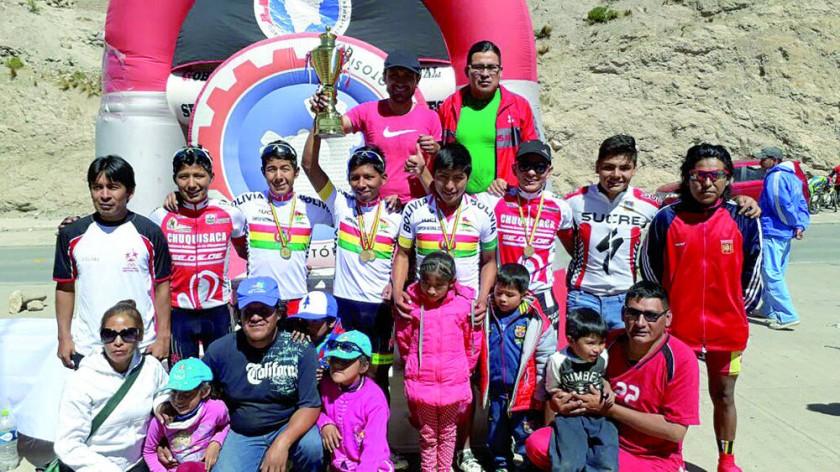Los pedalistas de la selección chuquisaqueña que corrieron en Potosí.