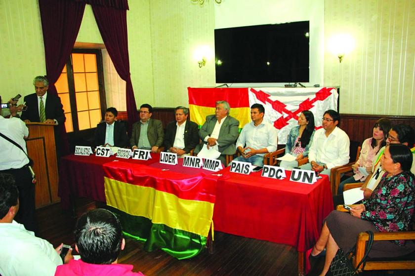 ALIANZA. Los líderes de las fuerzas políticas opositoras, durante la firma de la declaración en la que se comprometen...