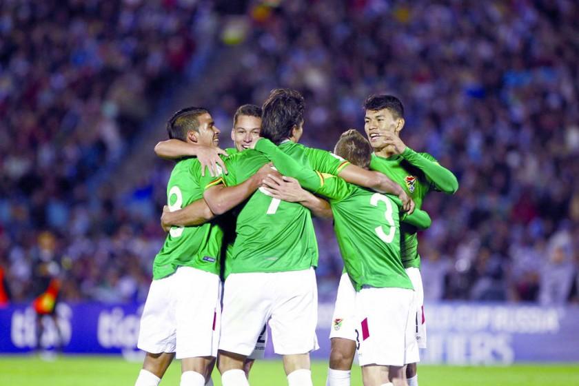 Los jugadores de la Verde se abrazan tras el primer gol anotado anoche frente a Uruguay