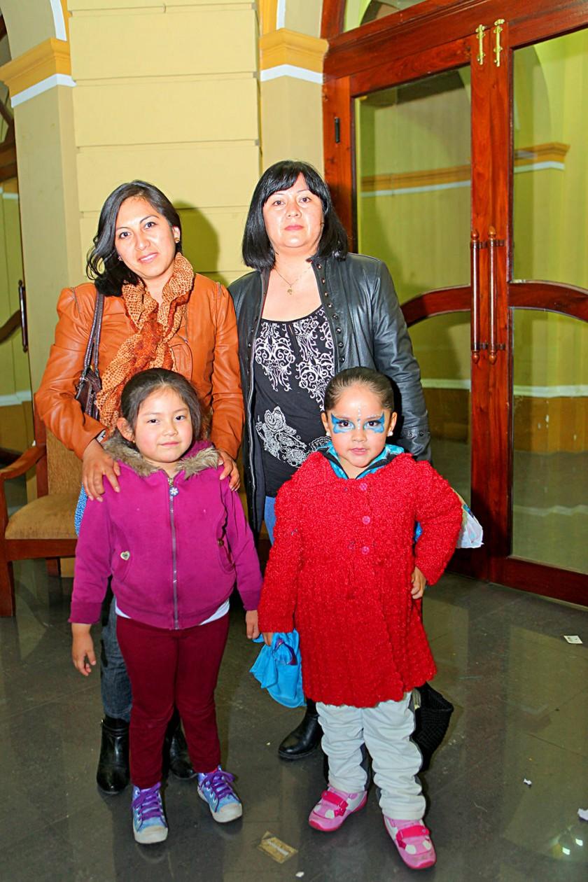 Arriba: Lourdes y Elizabeth Anze.  Abajo: Fernanda Anze y Valentina Durán