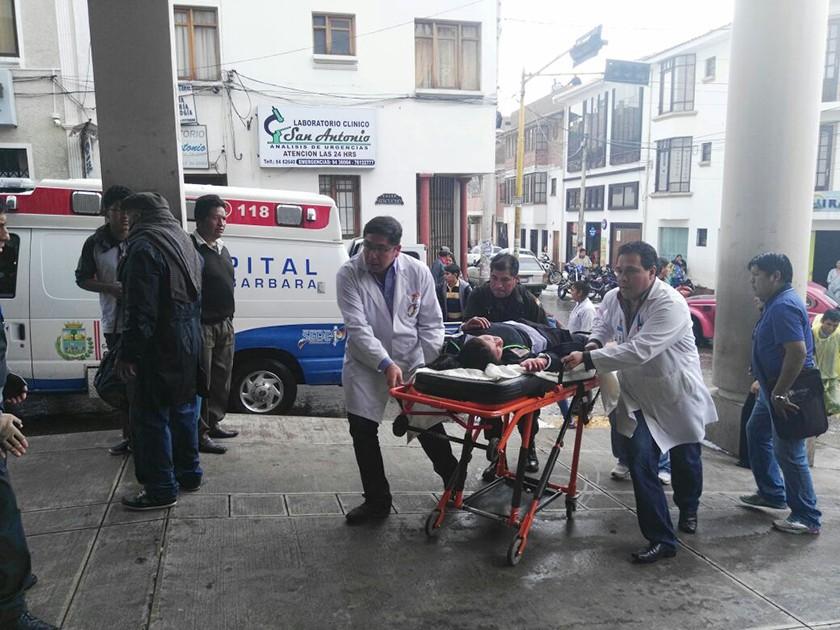 Los heridos al llegar a emergencias del hospital Santa Bárbara. FOTO: CORREO DEL SUR