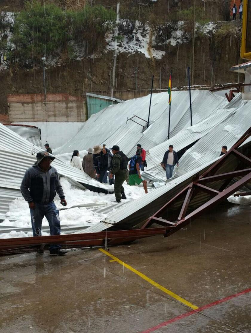 El tinglado caído en la unidad educativa Aniceto Arce. FOTO: GENTILEZA
