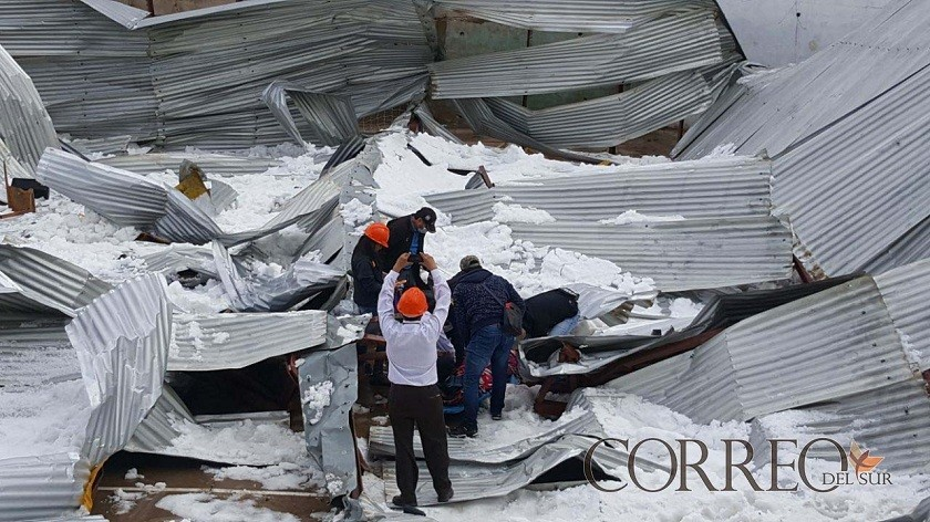 El tinglado del campo deportivo de la unidad educativa Aniceto Arce colapsó. Foto: CORREO DEL SUR