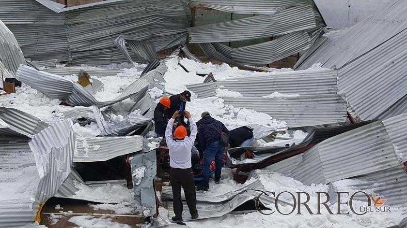 La fuerte granizada provocó el colapso del tinglado de la unidad educativa Aniceto Arce. Foto: CORREO DEL SUR