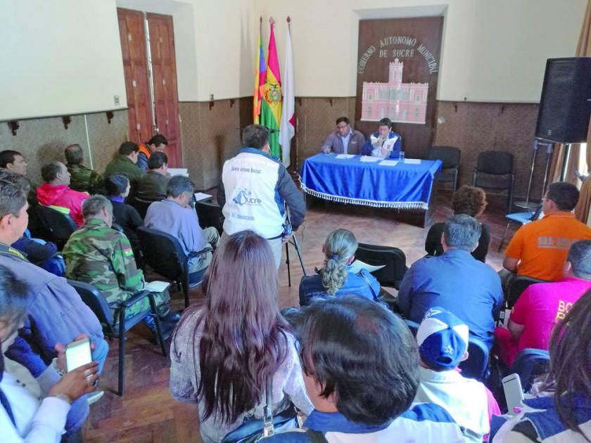 REUNIÓN. Los miembros del COEM, incluidos el alcalde Iván Arciénega y el ministro de Medio Ambiente, Carlos Ortuño...