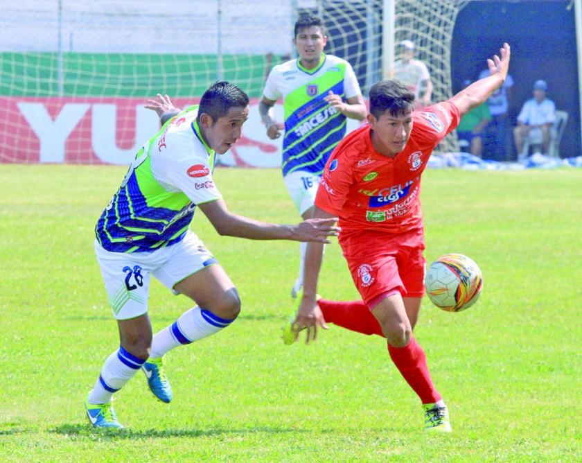 El chuquisaqueño Carlos Balcera persigue a uno de los jugadores de Guabirá