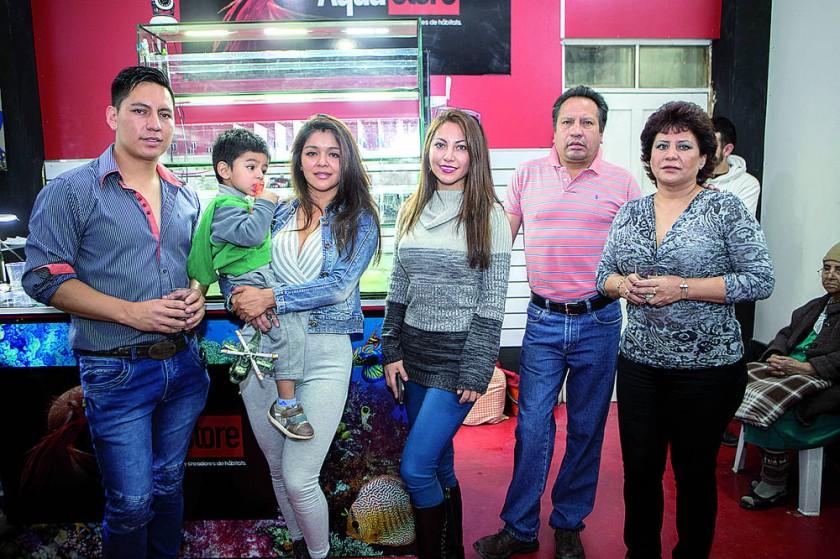 El propietario Xavier Garvizu Terán (primero izquierda) junto con su familia.