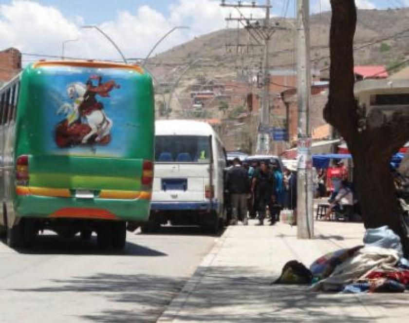 TRÁFICO. Caos vehicular debido a la improvisada parada de buses de servicio interdepartamental.