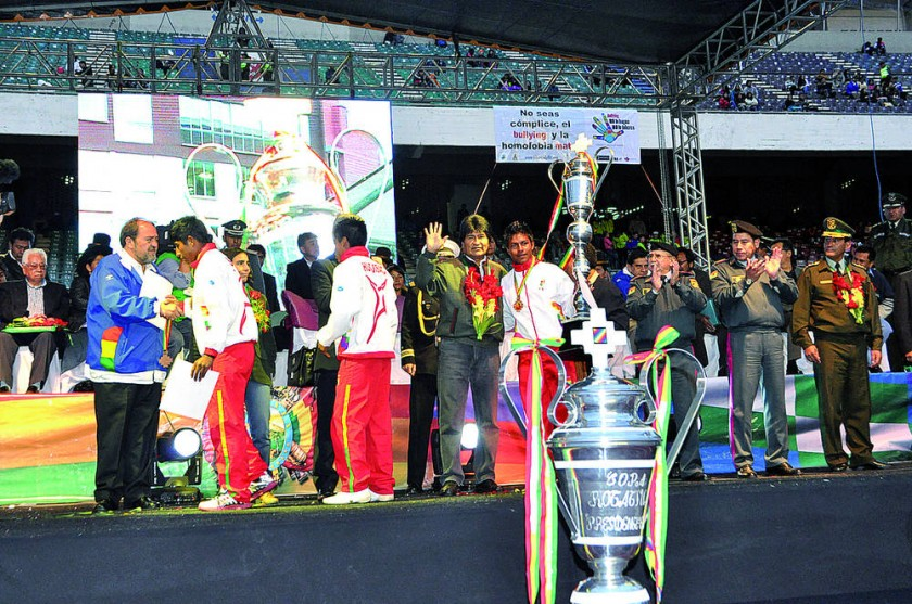 El Presidente premió a los equipos chuquisaqueños.
