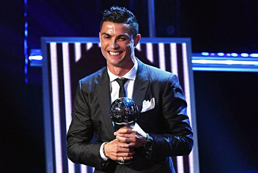 """El portugués Cristiano Ronaldo  y la alemana Celia Sasic sonríen luego de recibir el premio """"The Best""""."""