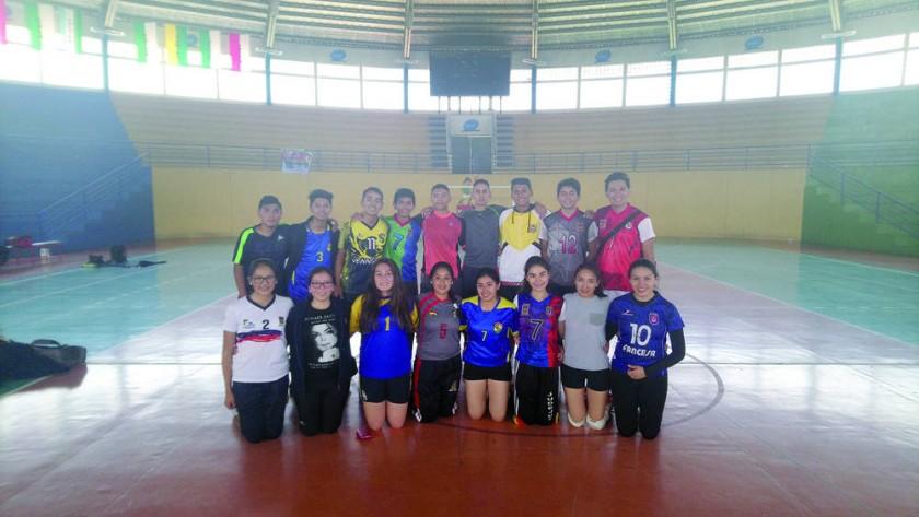 Los estudiantes del colegio Don Bosco ultimando detalles en voleibol.