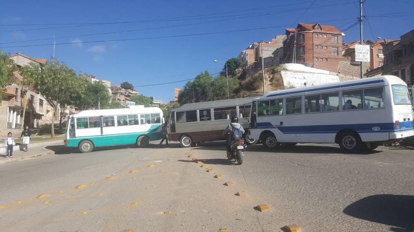 BLOQUEO. Los afiliados al Sindicato San Cristóbal se apostaron en varias vías de Sucre.