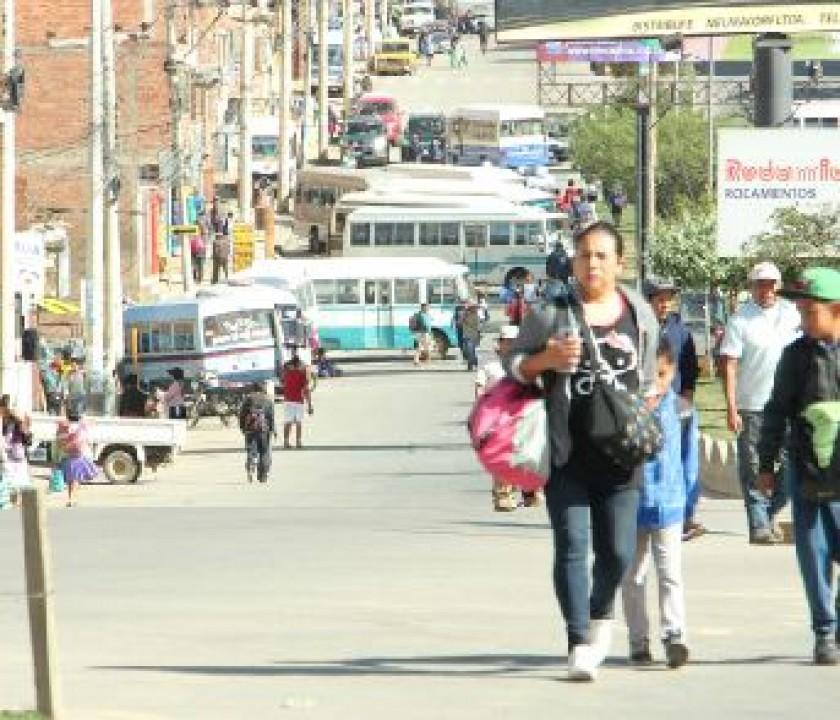 AVENIDA. La población se trasladó a pie debido al bloqueo.