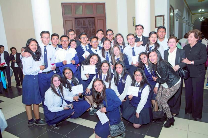 Los nuevos bachilleres y ex alumnos del Jardín Infantil Campanita