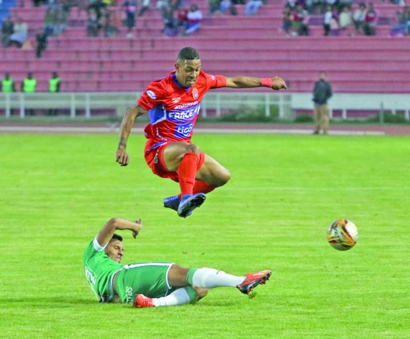 El brasileno Tinga, volante de Universitario, supera la marca de un rival de Oriente Petrolero, ayer, en el estadio...