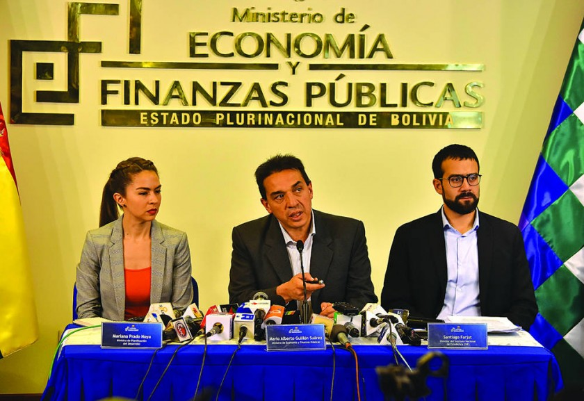 OFICIAL. Autoridades de Gobierno en el anuncio de no pago del doble aguinaldo.