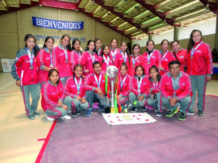 La representación del colegio Lucio Siles de Monteagudo arribó ayer a la Capital tras obtener el subcampeonato en...