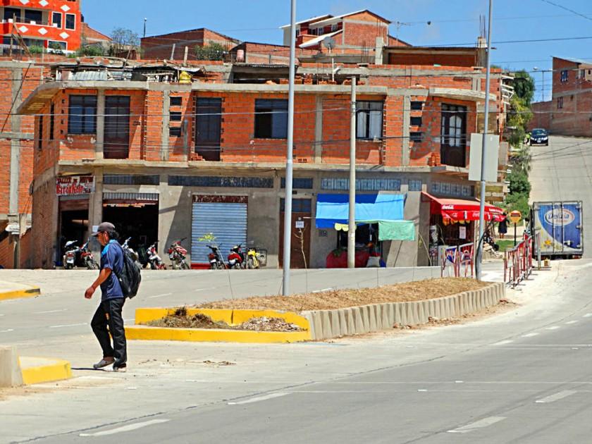 La avenida 6 de Agosto es el punto de conexión de los barrios de la periferia, hacia el norte de la ciudad, con el ...