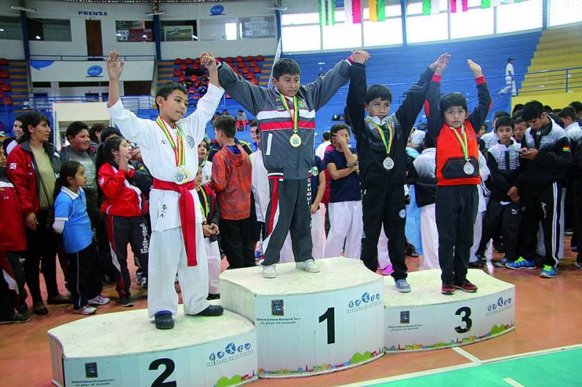 Representantes de Santa Cruz en lo más alto del podio del Campeonato Nacional Infantil de Karate.