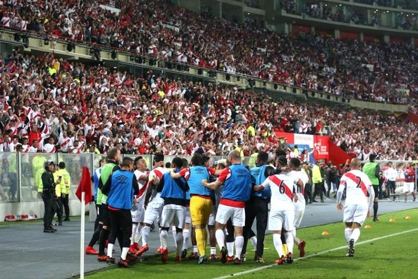 El festejo peruano luego del segundo gol en Lima. Foto: EFE