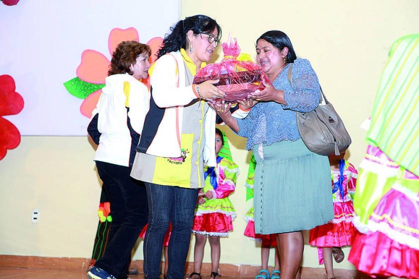 La feliz ganadora de un canastón, Martha Díaz.